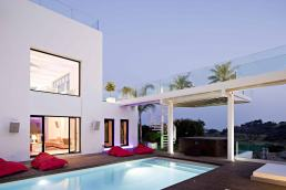 Villa Oliva - Modern pool area with jacuzzi in Marbella